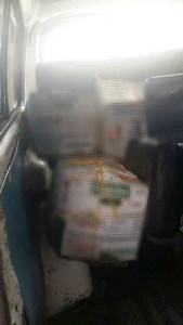Dos personas que guardaban cajas en una camioneta mostraron una actitud evasiva ante la autoridad.
