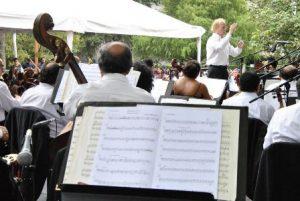 Diemecke en escena se convierte en un mentor para el público que desea adentrarse en la música.