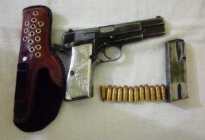 Pistola calibre 9 mm, marca Browning, matrícula ilegible, con la leyenda Maden in Belgium.