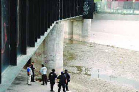 Lanza joven piedras desde México y EU lo asesina