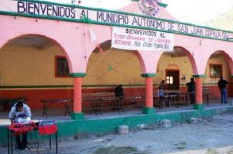 Policía estatal traslada cuerpo de líder triqui, en Oaxaca