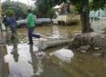 """Evacuan fraccionamiento Santa Cruz Amilpas; crece """"Río Salado"""", en Oaxaca"""