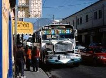 Toman estudiantes autobuses ante posible alza de tarifa