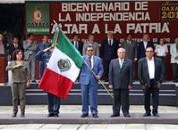 Abanderan a 100 de todos los niveles educativos en Oaxaca