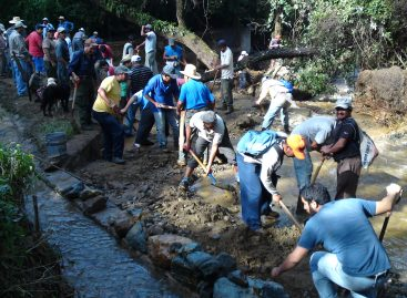 <em><strong>Continúa desazolve en manantial de San Felipe del Agua</strong></em>