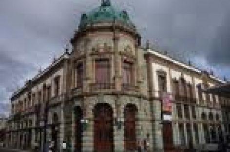 """Pintarrajean durante manifestación fachada  del Teatro """"Macedonio Alcalá"""""""
