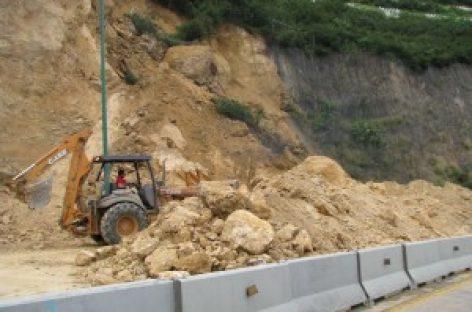 Derrumbe sobre carretera del Cerro del Fortín; suspenden tráfico vehicular