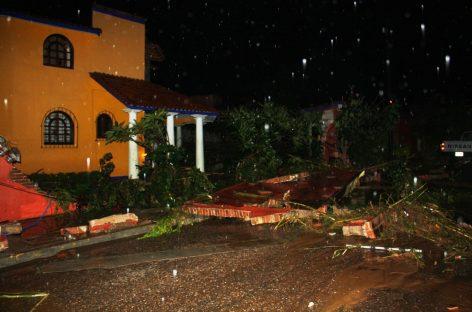 Las torrenciales lluvias dejan un muerto, un herido y cientos de familias evacuadas en la capital de Oaxaca.