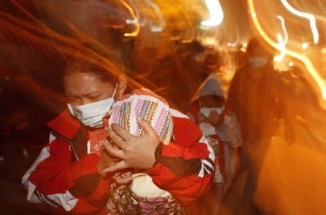 Un bebé muerto y 13 heridos por erupción de volcán en Indonesia