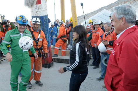 Piñera con Samuel Ávalos, minero evacuado de la mina, juega una cascarita
