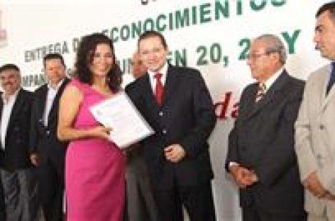 Reciben trabajadores de gobierno reconocimientos y medallas