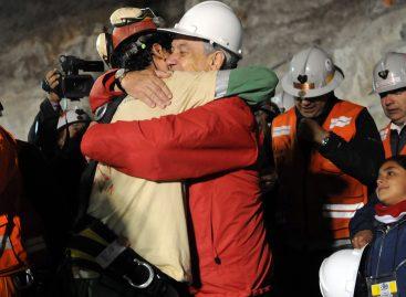 Rescatan al primer minero chileno Florencio Ávalos, lo recibe el presidente Sebastián Piñera