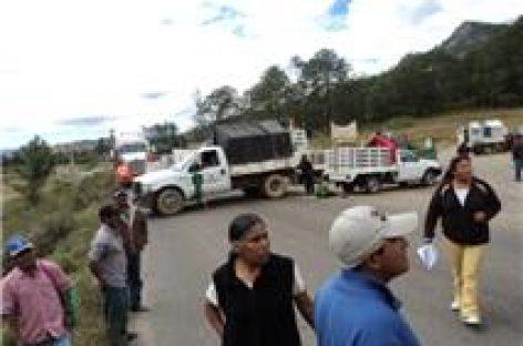 Bloquean carretera de Tlaxiaco en demanda de cese a la violencia en Copala