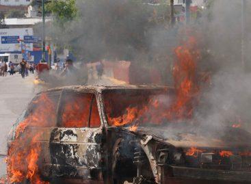 Taxistas queman vehículo en el crucero de Xoxocotlán
