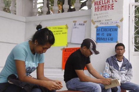 Continúan alumnos de Medicina bloqueo en avenida San Felipe