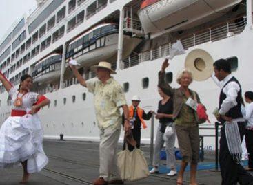 Rescatan a pasajeros de crucero incendiado