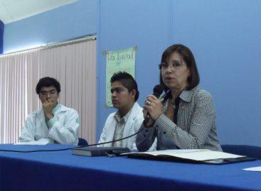 Alumnos de Medicina acusan a directora de negarse a firmar acuerdos