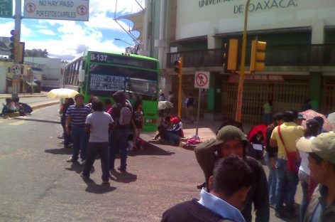Ambulantes bloquean cruceros de Carretera Internacional; caos