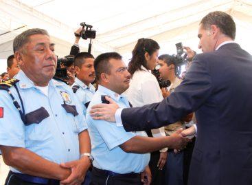 """Gabino Cué incrementa seguro a policías en 50 por ciento; detectan 300 """"aviadores"""" en nómina"""