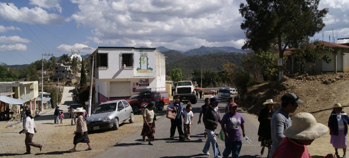Por asalto bloquean accesos a Santa María Cuquila, capturan a dos