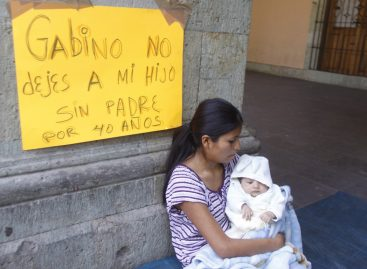 <strong>Inicia huelga de hambre esposa de presunto homicida de edil de Amoltepec</strong>