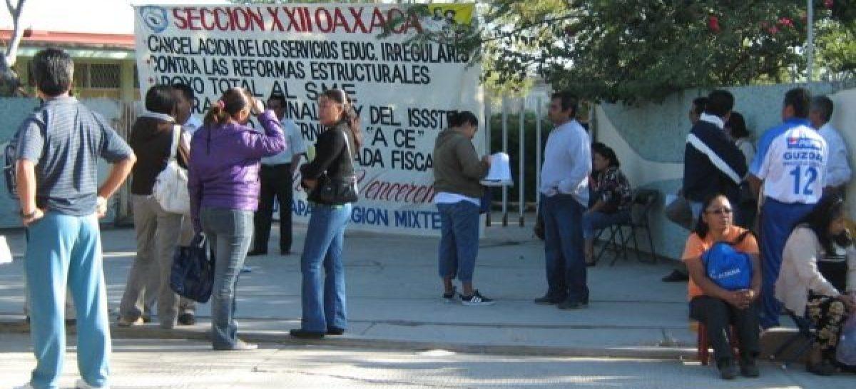 Toman maestros oficinas del IEEPO; amenazan con bloquear calles