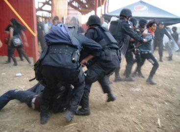 <strong> Reprime policía a protectores de animales en corrida de toros, en Oaxaca</strong>
