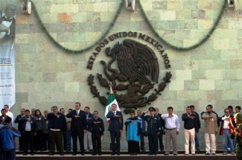 Gabino Cué rinde homenaje a Juárez, anticipa hora y elude protesta magisterial