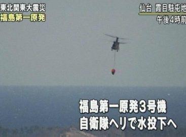 Helicópteros de las Fuerzas de Autodefensa de Japón arrojan agua sobre el tercer reactor de central nuclear en Fukushima