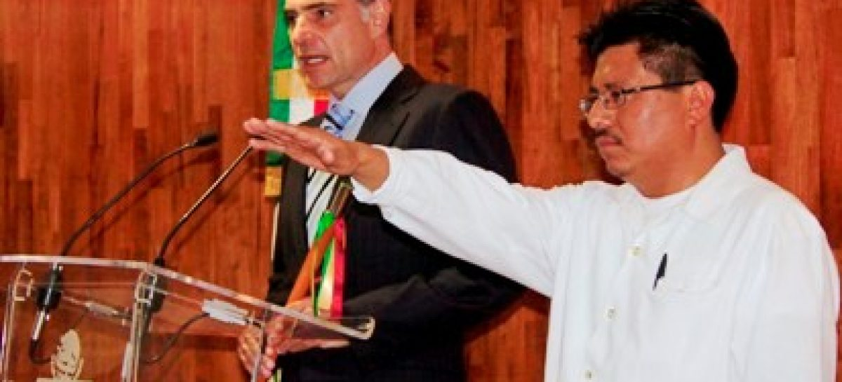 Con mención honorífica, ex titular de la SAI, Adelfo Regino aprueba examen profesional