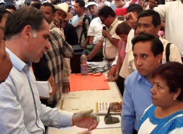 Dialoga Gabino Cué con profesores de la Sección 22 plantados frente a Palacio
