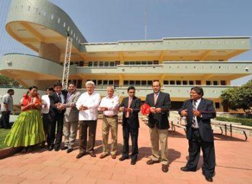 Inauguran edificio de universidad y aula de escuela primaria