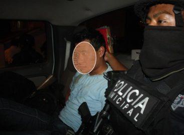 Capturan municipales a presunto asaltante de taxista, otro logró huir