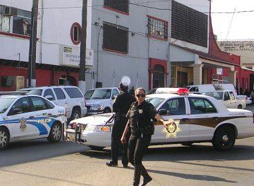 Detienen visitador de la CNDH policías municipales de Tijuana, por defender a migrante