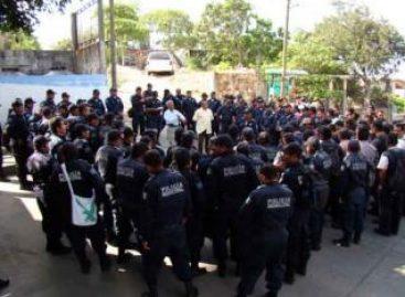 Protestan policías municipales contra regidor, defienden a su comandante