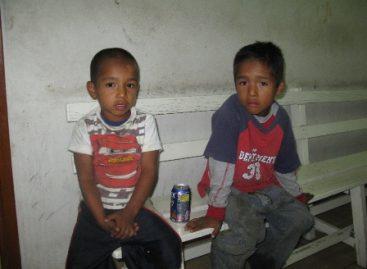 Se solicita apoyo para ubicar a padres o familiares de dos niños abandonados
