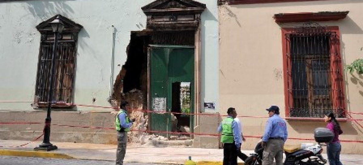 Cae barda de casa del Centro Histórico, al parecer fue inducida por trabajos de construcción