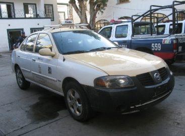 Asalta taxista a usuarios y abandona unidad, en Pueblo Nuevo