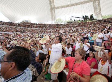 Miles de turistas y oaxaqueños cautivados con la primer presentación de la Guelaguetza 2011