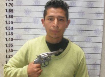 Ex paracaidista del Ejército intenta asaltar comercio, al huir dispara a la Policía y se hiere pie