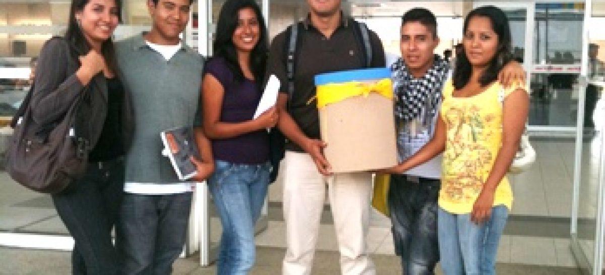 Sin apoyo de la Universidad, viaja estudiante becado a los Estados Unidos