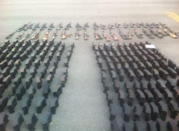 Aseguran arsenal que era transportado en un vehículo en Coahuila; los ocupantes huyen