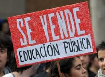 Marcharan en protesta estudiantes frente a congreso de Valparaiso, Chile