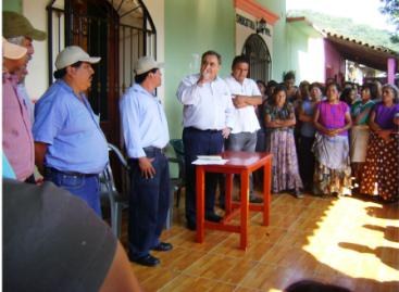 La tierra no se vende, reiteran comuneros chimas, ante el exgobernador y secretario de gobierno de Oaxaca JMA