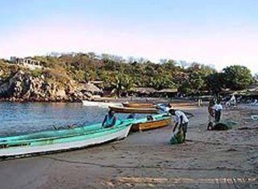 Rescatan a tres pescadores desaparecidos frente a las costas de Huatulco, Oaxaca