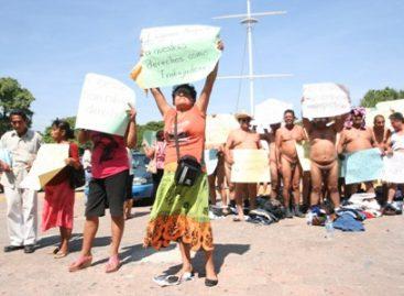 Se desnudan taxistas frente al palacio de Salina Cruz; exigen alto a otorgamiento de concesiones