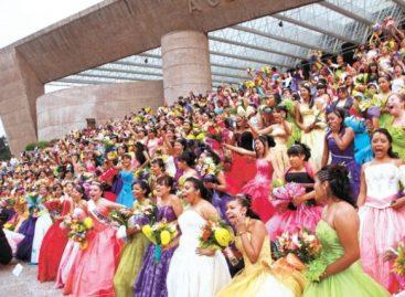 Entre sonrisas y alegría, recorren quinceañeras centro histórico del DF