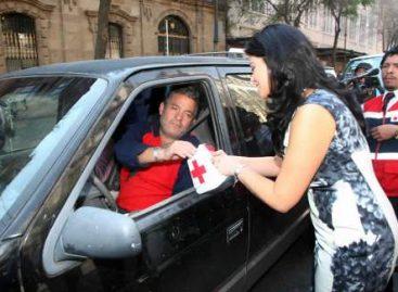 Rosalinda Bueso suma donativos a la Cruz Roja