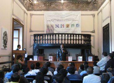 Acude Benjamín Robles Montoya al debate, en la Facultad de Derecho