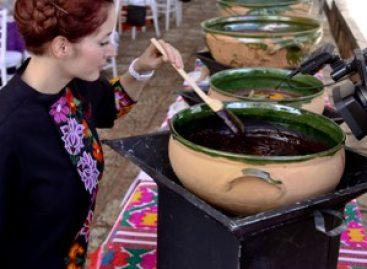 Deleita a turistas degustación de los Siete Moles, en Oaxaca
